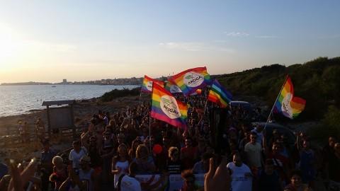 """L'onda """"pride"""" bagna Gallipoli Il sindaco: «Spero di celebrare la prima unione»"""